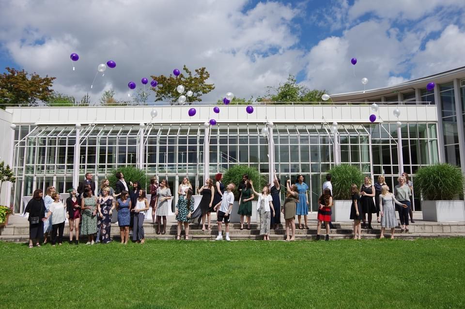Die Abschlussklasse 2021 bei der Verabschiedung im Rosengarten
